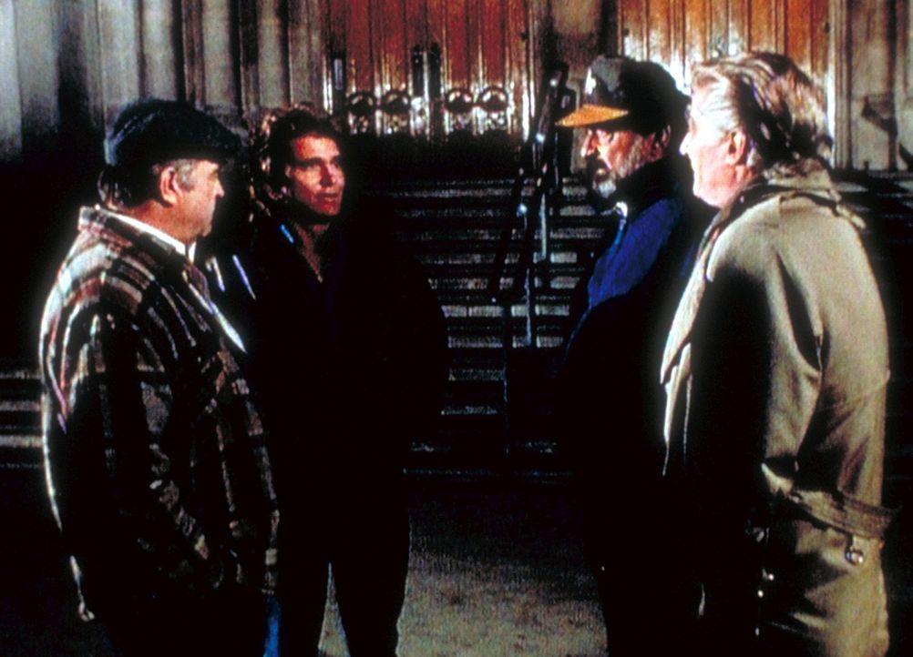 """Basinger (Richard Mulligan, r.) bezeichnet sich, Mark (Victor French, 2.v.r.) und den Taxifahrer Barney (Barney Martin, l.) ironisch als die  """"Drei... - Bildquelle: Worldvision Enterprises, Inc."""