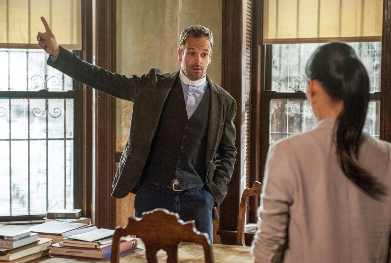 Gemeinsam versuchen sie einen Mörder zu finden: Sherlock Holmes (Jonny Lee Miller, l.) und Joan Watson (Lucy Liu, r.) ... - Bildquelle: CBS Television