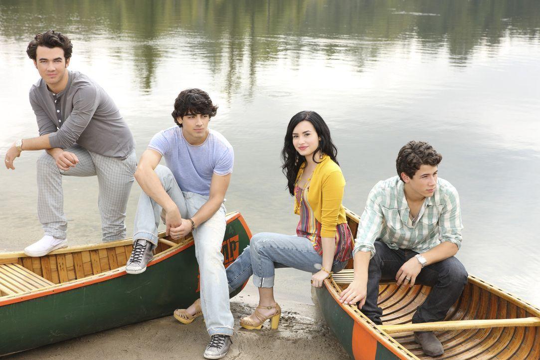 """(v.l.n.r.) Jason (Kevin Jonas), Shane (Joe Jonas), Mitchie (Demi Lovato) und Nate (Nick Jonas) wollen erneut den Kids im """"Camp Rock"""" den Spaß an de... - Bildquelle: Disney"""