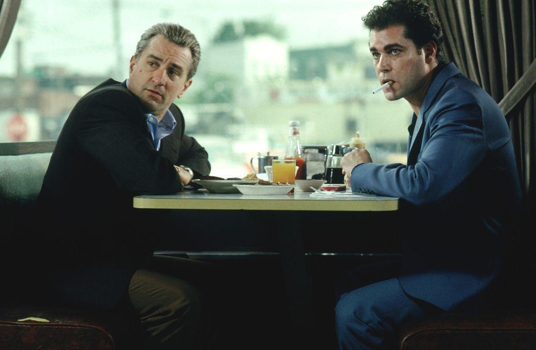 """Nach und nach gewinnt Henry Hill (Ray Liotta, r.) das Vertrauen von Mafioso Jimmy """"The Gent"""" Conway (Robert De Niro, l.). Er hofft bald in der """"Fami... - Bildquelle: Warner Bros."""