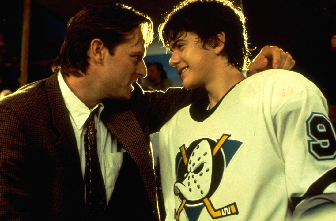 """Coach Gordon Bombay (Emilio Estevez, l.) ist überglücklich, denn alle aus dem die """"Mighty Ducks""""-Team (Joshua Jackson, r.) haben ein Stipendium f - Bildquelle: Disney.  All Rights Reserved."""