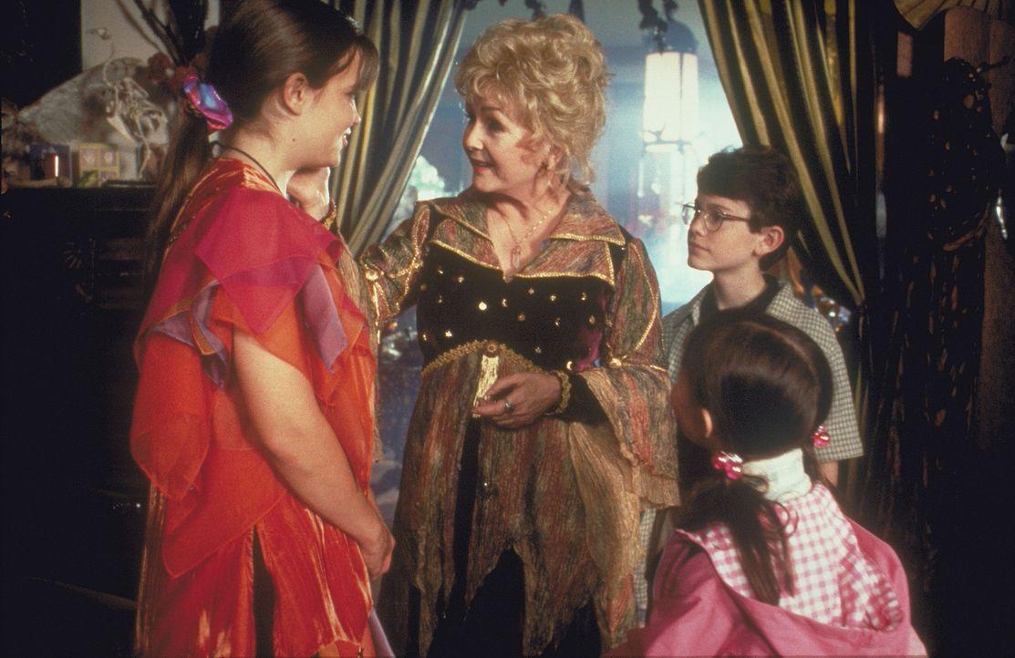 Alle Jahre wieder dürfen Marnie (Kimberly J. Brown, l.), Dylan (Joey Zimmerman, r.) und Sophie (Emily Roeske, 2.v.r.) nicht zu Halloween verkleidet... - Bildquelle: Disney