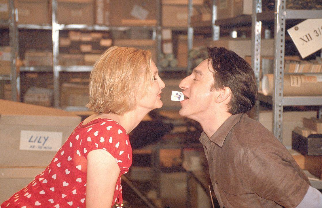 Immer wieder bringt Lotte (Katharina Schubert, l.) ihren Kollegen Kemal (Boris Aljinovic, r.) mit ihren freizügigen Bemerkungen in Verlegenheit. Do... - Bildquelle: Mühle ProSieben