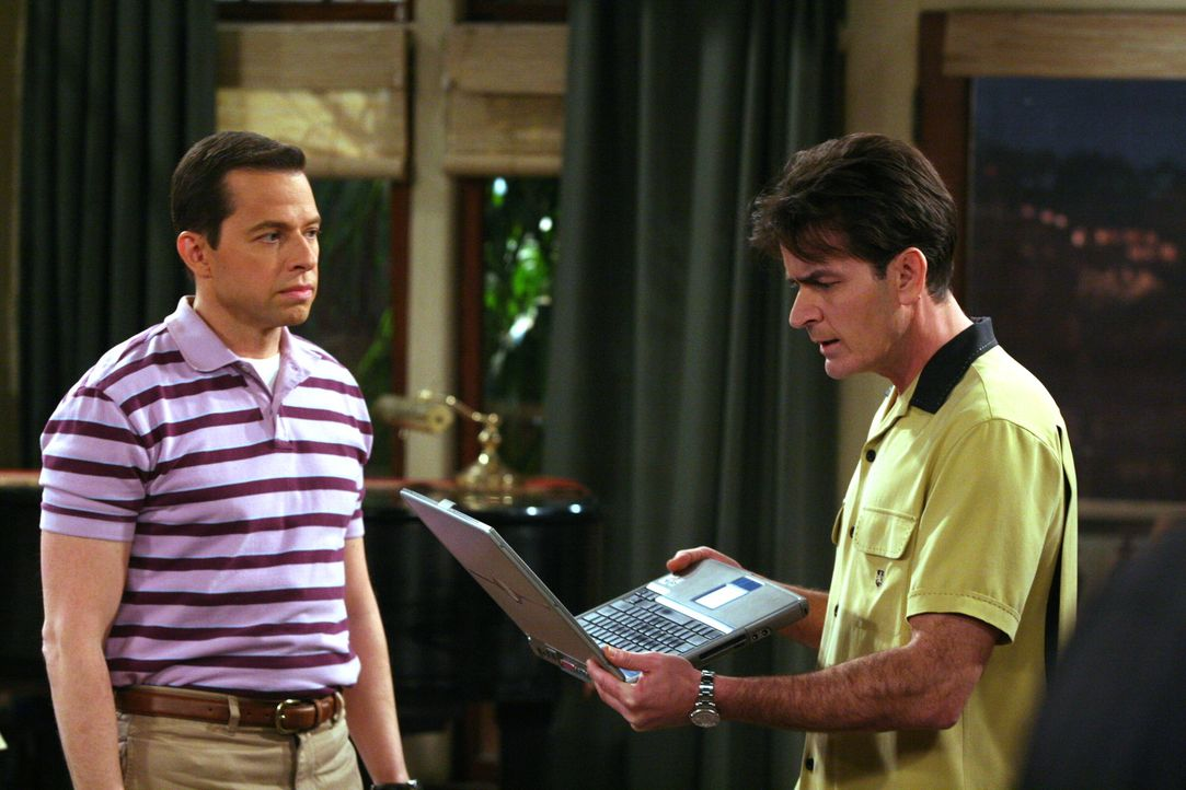 Charlie (Charlie Sheen, r.) macht sich über Alan (Jon Cryer, l.) lustig, der eine neue Internetbekanntschaft hat ... - Bildquelle: Warner Brothers Entertainment Inc.