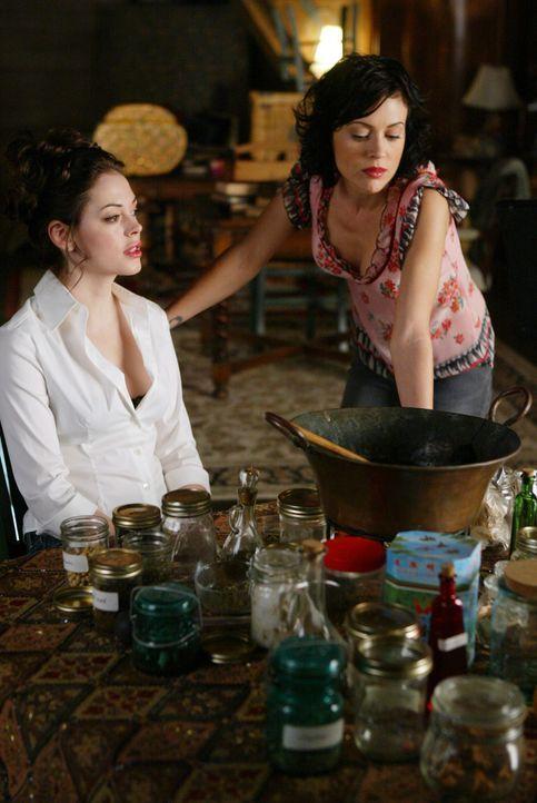 Im Haus der Halliwells ist die Stimmung gereizt, da Phoebe (Alyssa Milano, r.) Piper, und Paige (Rosa McGowan, l.) gleichzeitig unter dem Prämenstru... - Bildquelle: Paramount Pictures