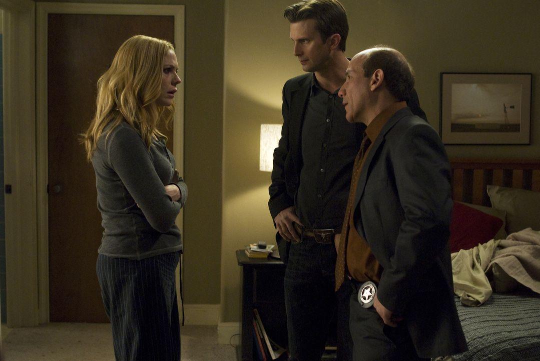 Stan McQueen (Paul Ben-Victor, r.) und Marshall (Fred Weller, M.) statten Mary (Mary McCormack, l.) einen Besuch ab. Sie machen sich Sorgen um ihre... - Bildquelle: Gregory E. Peters USA Network