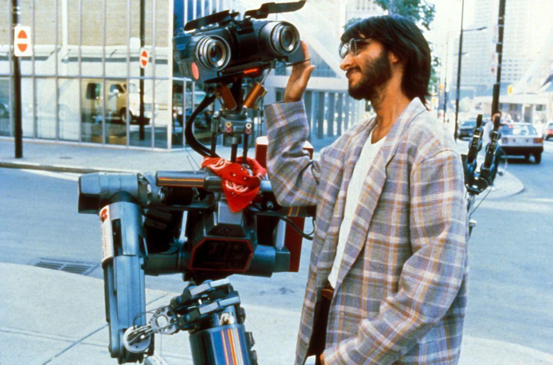 Ben Jahrvi (Fisher Stevens), der Erfinder von Roboter Nr. 5, gerät in größte Bedrängnis ... - Bildquelle: Columbia TriStar Pictures