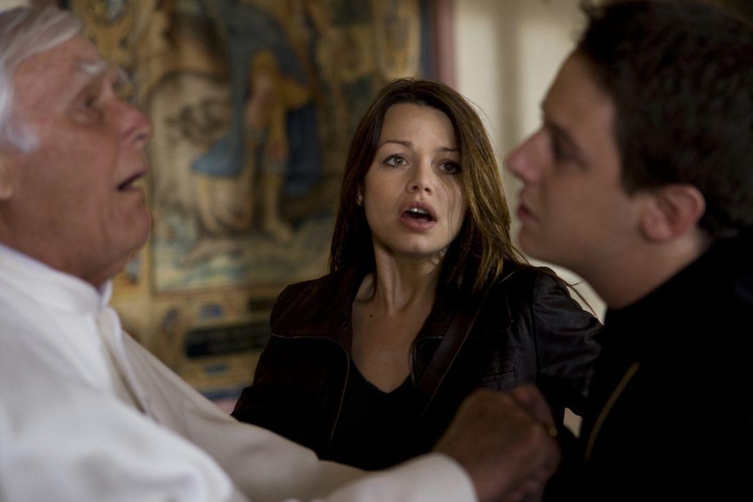 Als Johanna (Cosma Shiva Hagen, M.) eine Privataudienz beim Papst (Joachim Fuchsberger, l.) erhält, ist sie überglücklich, weil sie ihn vor dem droh... - Bildquelle: Olaf R. Benold ProSieben