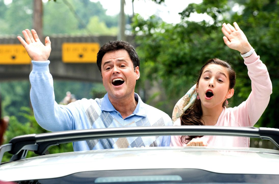 Lassen sich von James nicht die gute Laune verderben: Doug (Donny Osmond, l.) und Wendy (Molly Ephraim, r.) ... - Bildquelle: Walt Disney Pictures.  All rights reserved