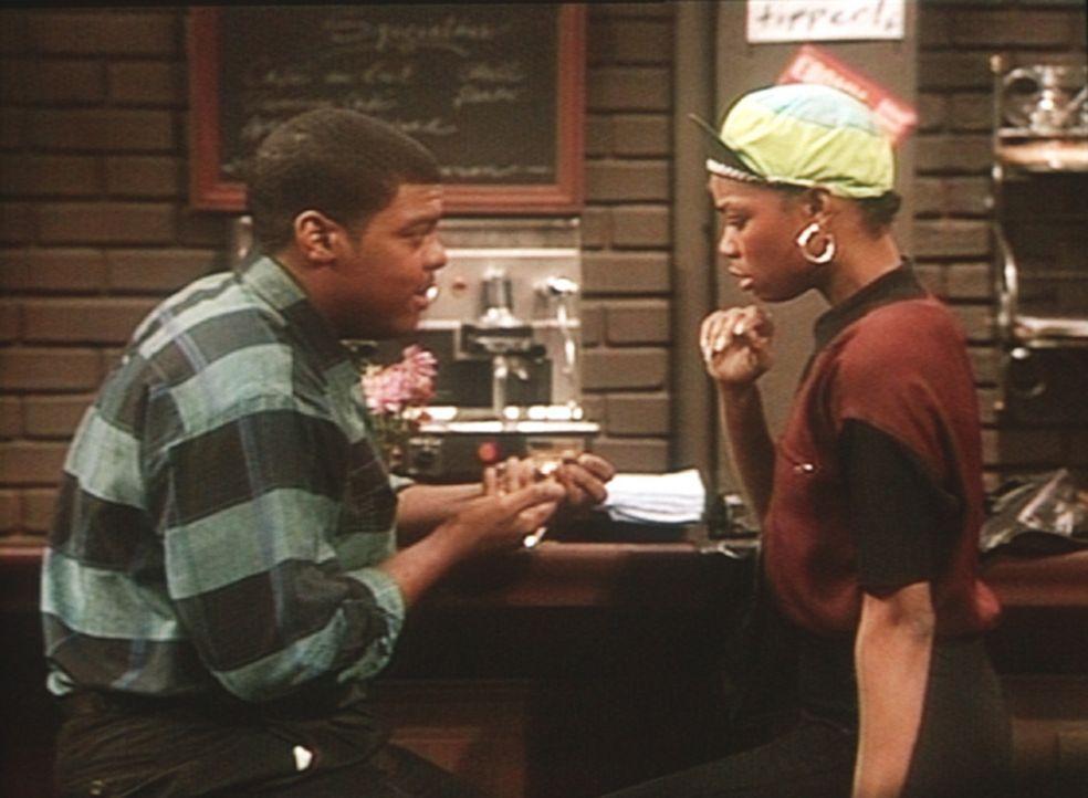 Denny (Troy Winbush, l.) schenkt seiner Freundin, der Schauspielschülerin Jade Mash (Vanessa Williams, r.), eine wertvolle Uhr. - Bildquelle: Viacom