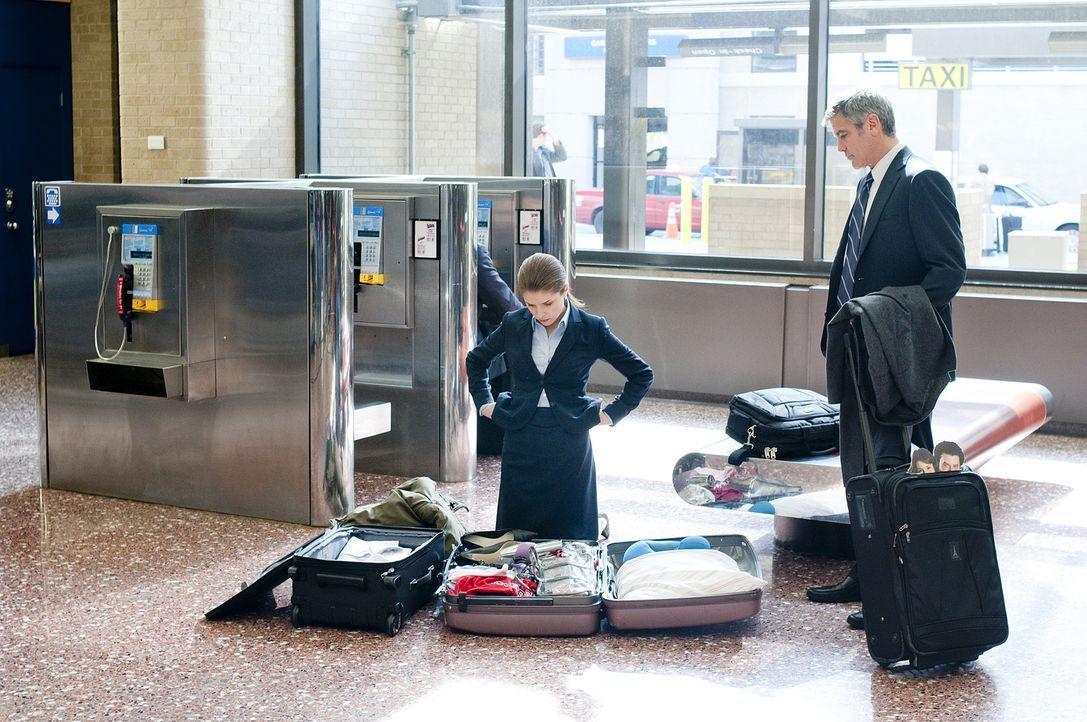 Ryan (George Clooney, r.) nimmt die neue, junge Kollegin Natalie (Anna Kendrick, l.) mit auf einige seine Dienstreisen, damit sie einen Eindruck von... - Bildquelle: TM and   2009 by DW Studios LLC. All rights reserved.