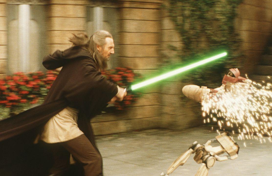 Schon bald muss Meister Qui-Gon Jinn (Liam Neeson) erkennen, dass die Handelsföderation schon dabei ist, ihre gewaltigen Streitkräfte für den offene... - Bildquelle: 1999 Lucasfilm Ltd. & TM All rights reserved Used with permission