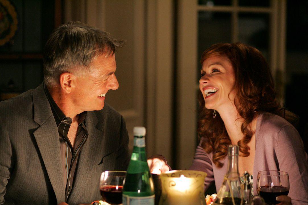 Blick in die Vergangenheit: Gibbs (Mark Harmon, l.) und Shepard (Lauren Holly, r.) bei einem romantischen Adendessen ... - Bildquelle: TM &   2006 CBS Studios Inc. All Rights Reserved.