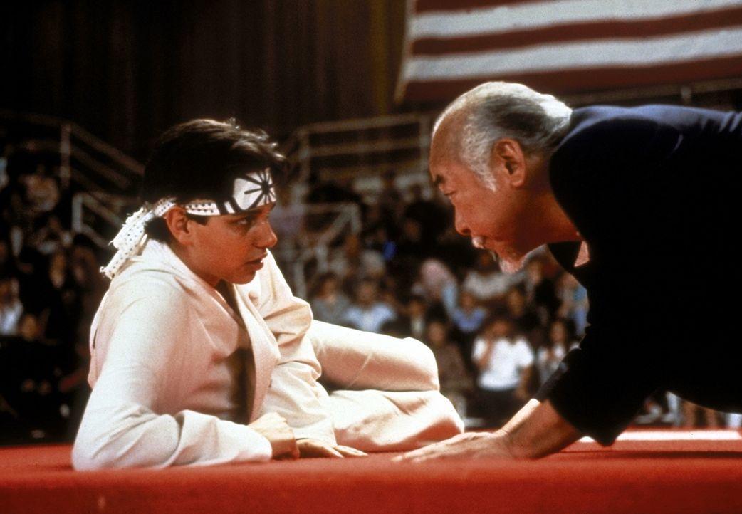 Gegen den Willen seines Lehrmeisters Miyagi (Noriyuki Morita, r.) lässt sich Karate Kid (Ralph Macchio, l.) zu einem Titelkampf herausfordern ... - Bildquelle: Columbia Pictures