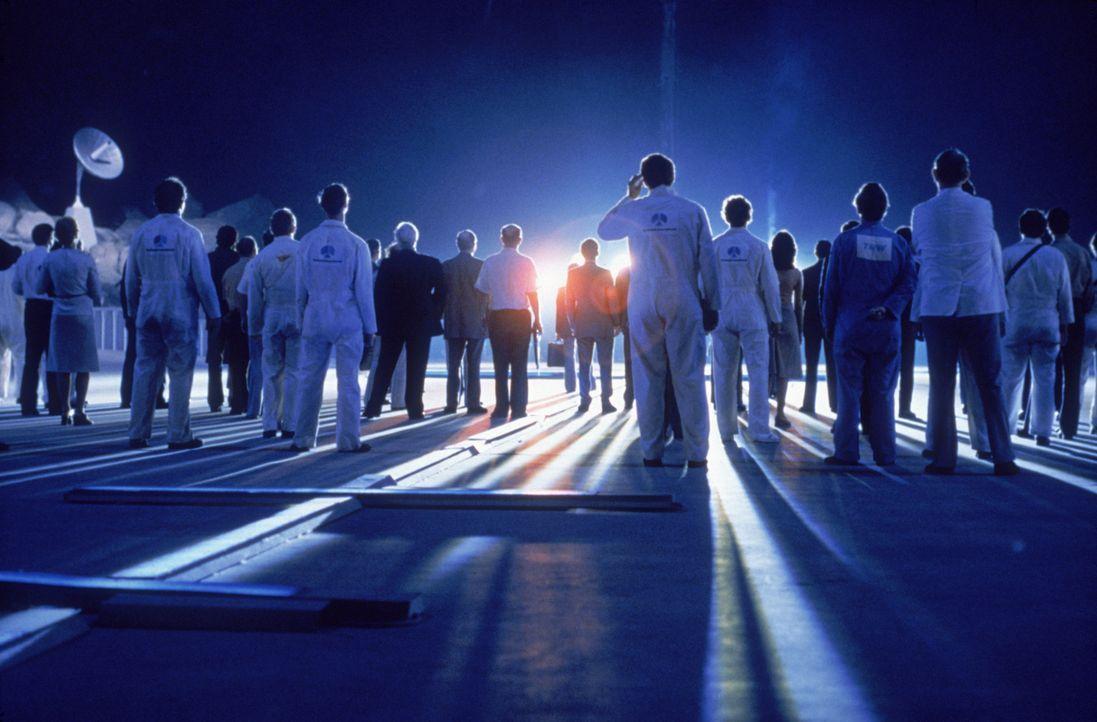 Die außerirdischen  Lichtwesen, die sich als gottähnliche Glücksboten erweisen, laden einige Auserwählte zu einer Fahrt in den Weltraum ein ... - Bildquelle: Columbia Pictures