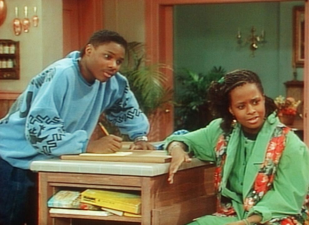 Theo (Malcolm-Jamal Warner, l.) und Vanessa (Tempsett Bledsoe, r.) erklären der armen Rudy, was sie alles zu tun hat. - Bildquelle: Viacom