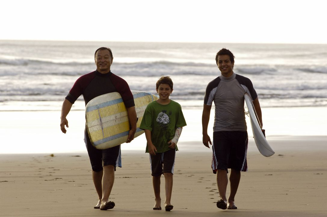 Als die Surflegende Johnny Tsunami (Cary-Hiroyuki Tagawa, l.) heiraten möchte, kehrt sein Neffe, Snowboard-Ass Johnny Kapahala (Brandon Baker, r.),... - Bildquelle: Disney. All rights reserved