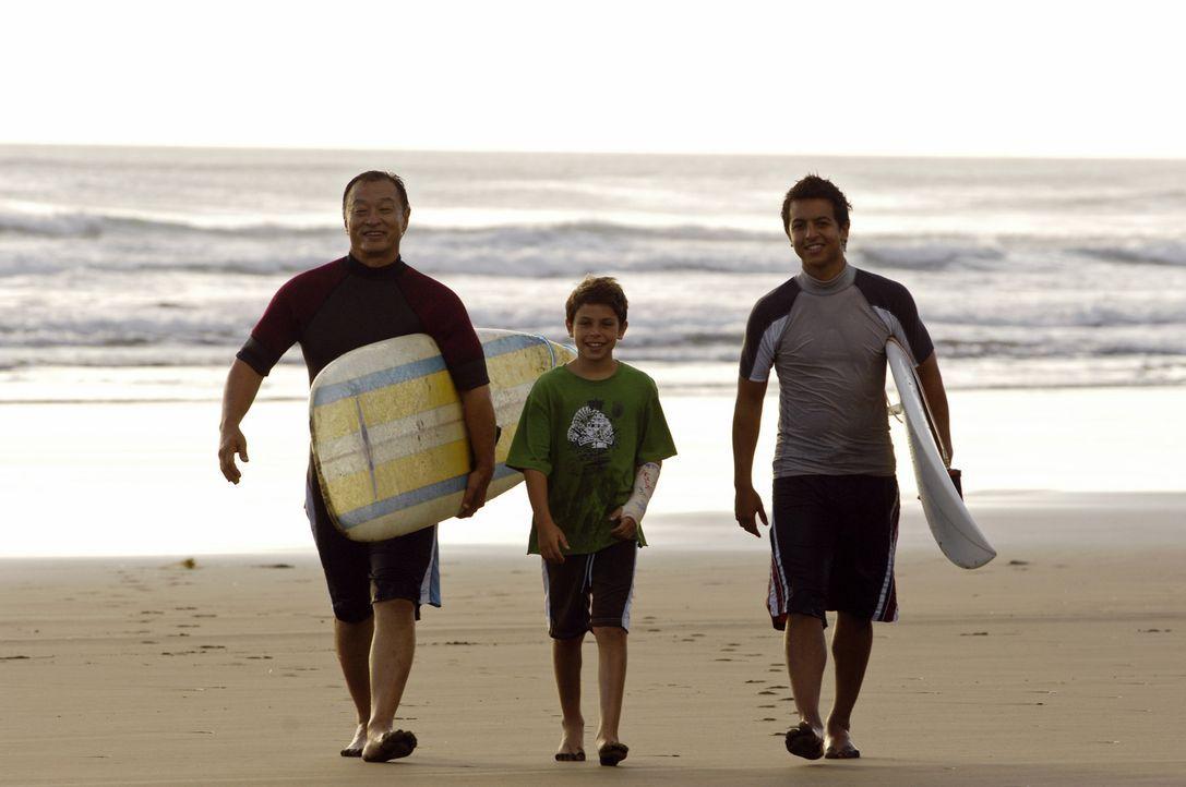 Als die Surflegende Johnny Tsunami (Cary-Hiroyuki Tagawa, l.) heiraten möchte, kehrt sein Neffe, Snowboard-Ass Johnny Kapahala (Brandon Baker, r.),... - Bildquelle: Disney. All rights reserved