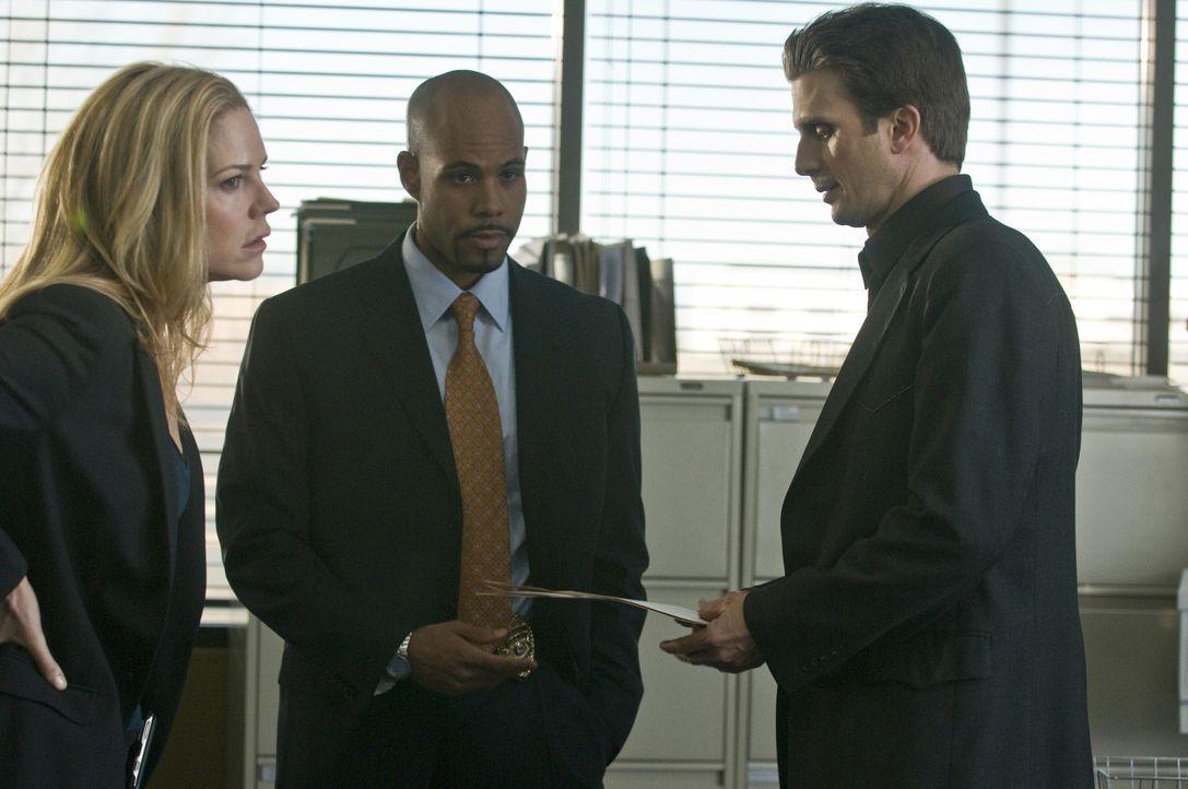 Stan wird in einem Mordfall involviert. Mary (Mary McCormack, r.), Mann (Frederick Weller, r.) und Robert (Todd Williams, M.) ermitteln, um ihn aus... - Bildquelle: USA Network