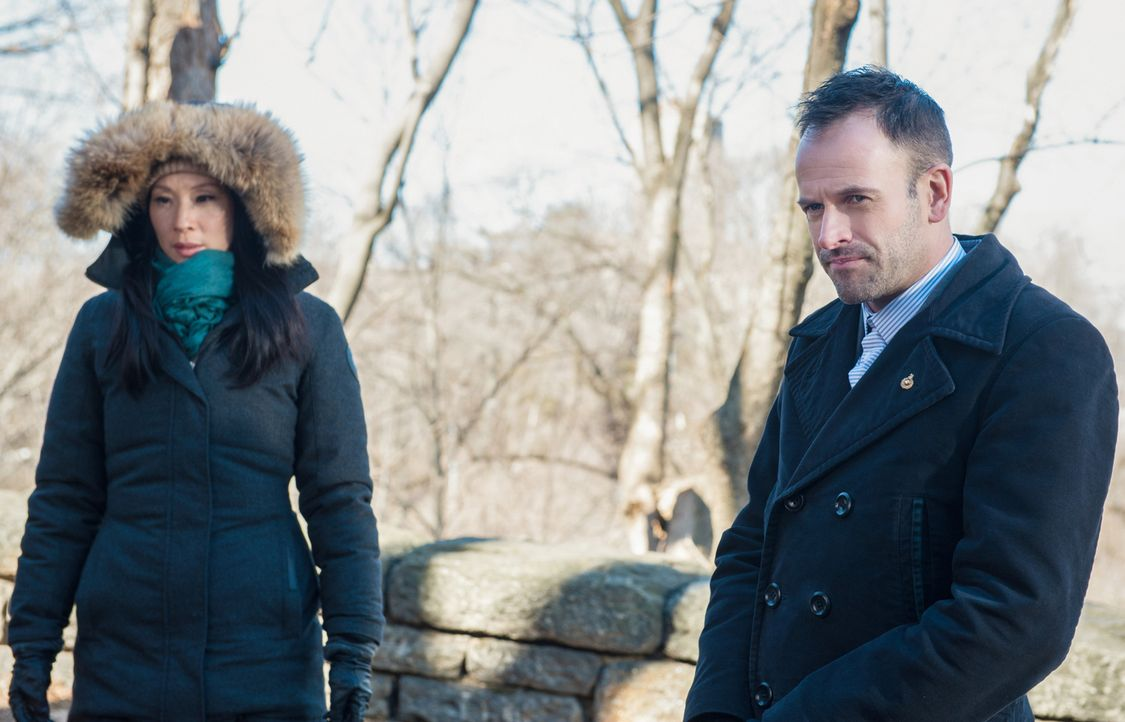 Watson (Lucy Liu, l.) und Holmes (Jonny Lee Miller, r.) finden heraus, dass der ermordete Zach Piller mit Hilfe einer Drohne getötet wurde. Interess... - Bildquelle: CBS Television