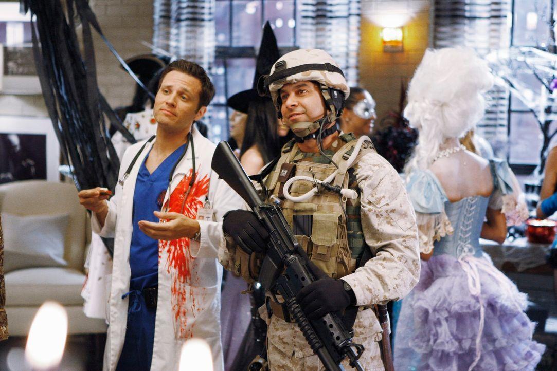 Amüsieren sich auf der Halloween-Party in Castles Haus: Kevin Ryan (Seamus Dever, l.) und Javier (Jon Huertas, r.) - Bildquelle: ABC Studios