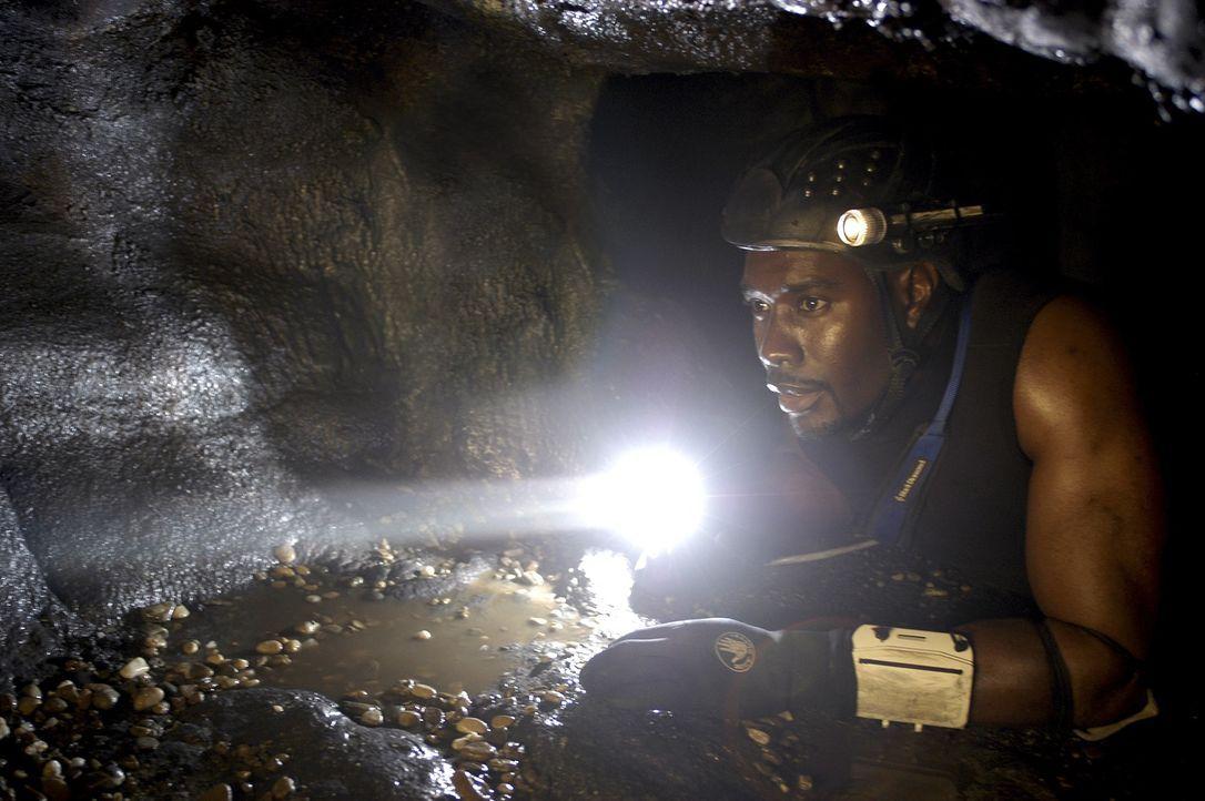 Erst spät erkennt Top Buchanan (Morris Chestnut), dass in der Dunkelheit des unteririschen Höhlenlabyrinths eine schreckliche Kreatur lauert ... - Bildquelle: Cos Aelenei 2005 Cineblue Internationale Filmproduktionsgesellschaft MbH & Co. 1. Beteiligungs KG.  All Rights Reserved.