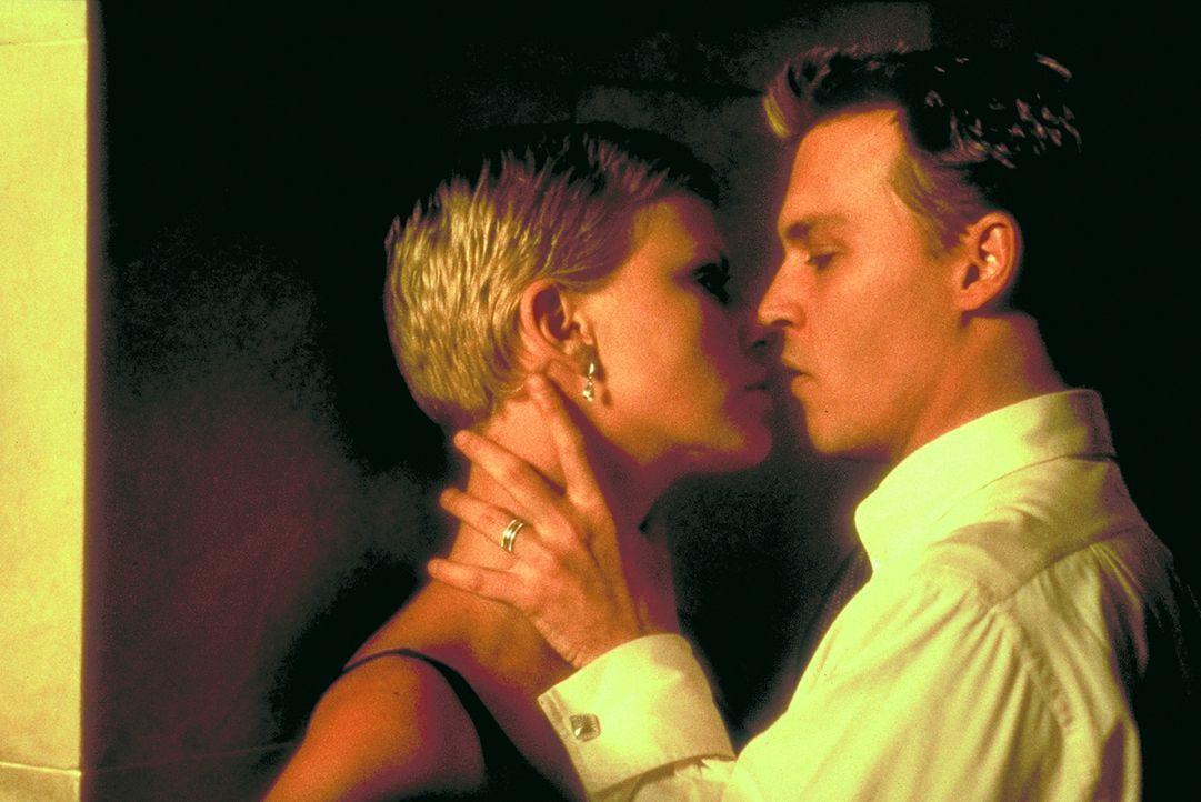 Schon bald nach seiner glücklichen Heimkehr fühlt Jillian (Charlize Theron, l.), dass Spencer (Johnny Depp, r.) sich verändert hat ... - Bildquelle: 1999 New Line Productions, Inc. All Rights Reserved.