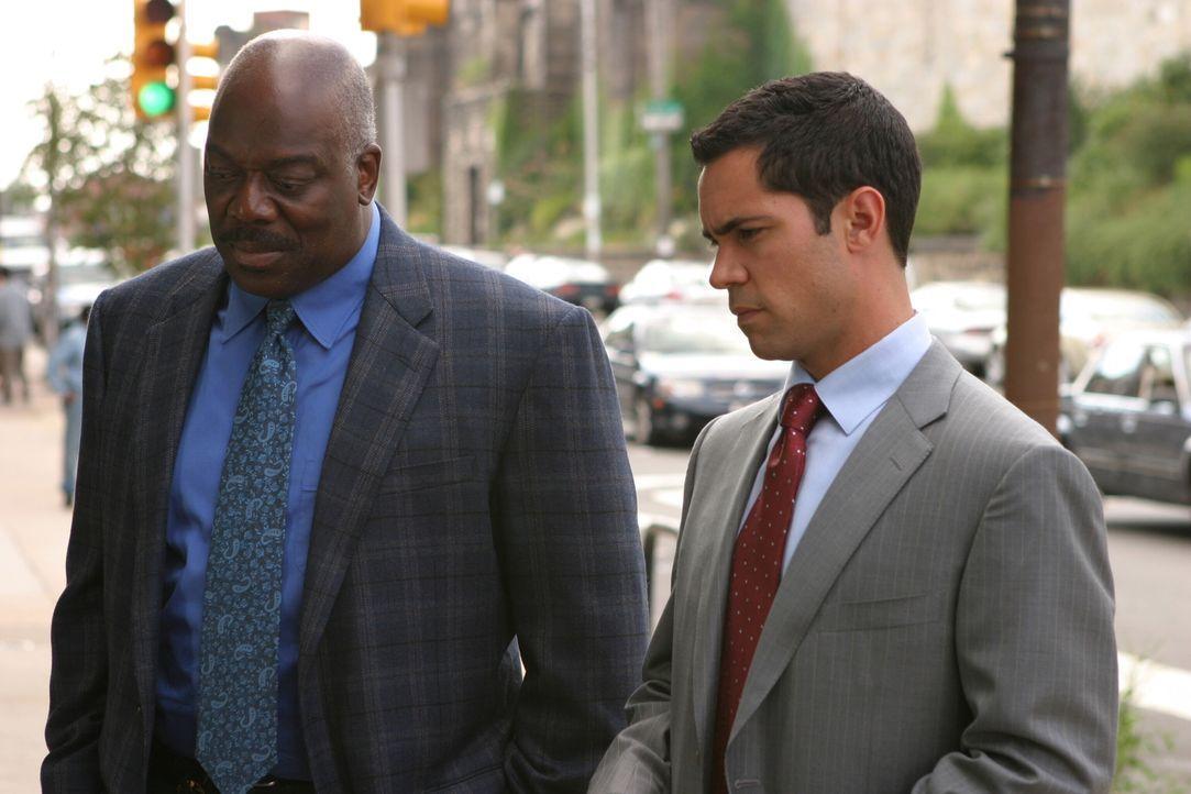 Det. Scott Valens (Danny Pino, r.) und sein Kollege Det. Will Jeffries (Thom Barry, l.) auf Spurensuche ... - Bildquelle: Warner Bros. Television