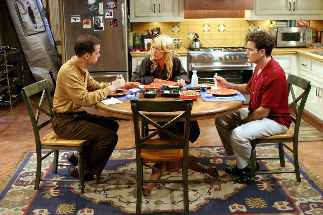 Wegen Frankie (Jenna Elfman, M.) geraten Alan (Jon Cryer, l.) und Charlie (Charlie Sheen, M.) in einen Konkurrenzkampf ... - Bildquelle: Warner Brothers Entertainment Inc.