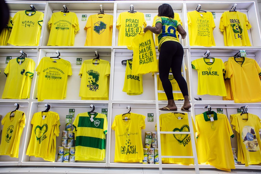 WM-Brasilien-TShirts-140520-AFP - Bildquelle: AFP