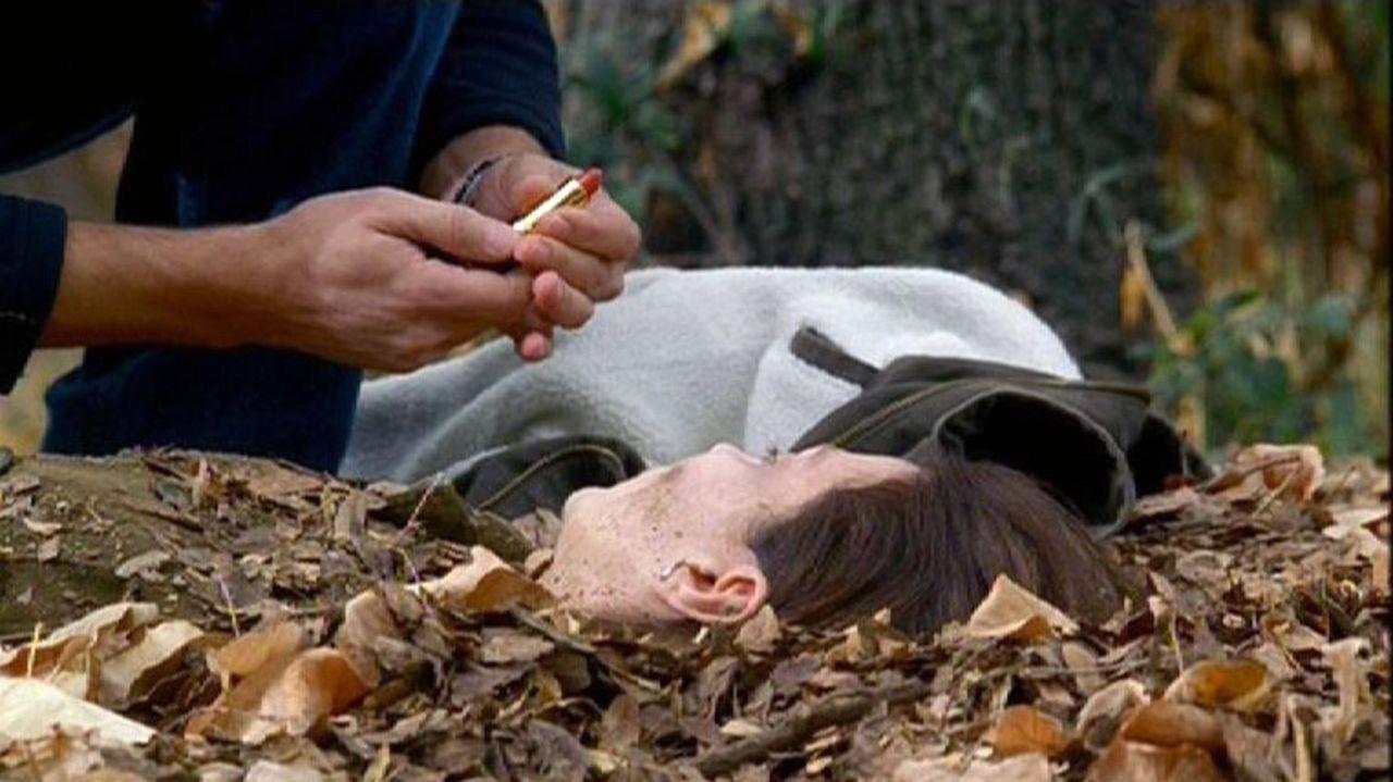 Der Täter missbraucht seine Opfer und schminkt sie, nachdem er sie im Wald versteckt hat ... - Bildquelle: Touchstone Television