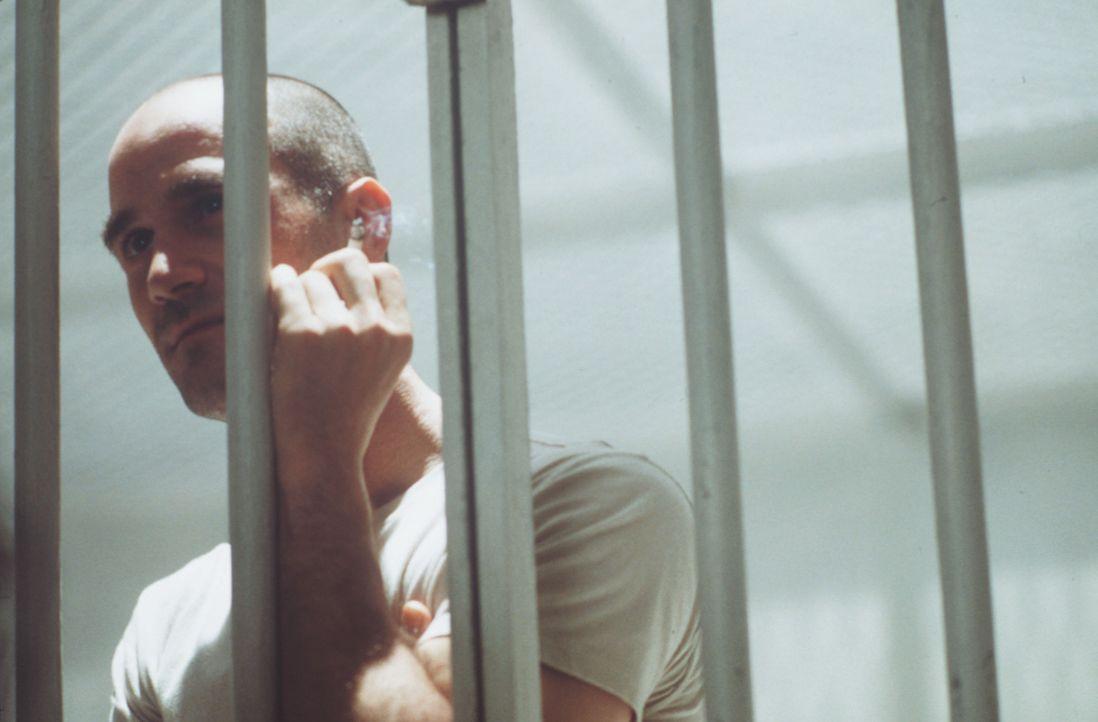 Vor seiner Hinrichtung will der Serienkiller Edgar Reese (Elias Koteas) unbedingt noch einmal mit dem Polizist John Hobbes sprechen ... - Bildquelle: Warner Brothers