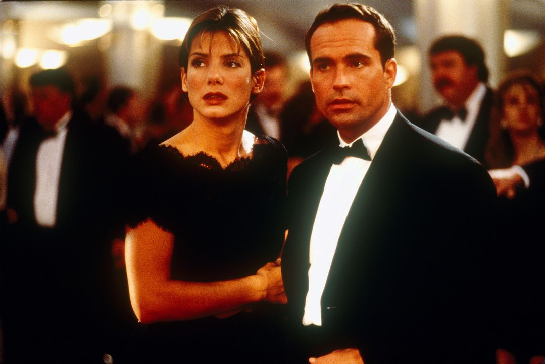 Die Karibik-Kreuzfahrt von Alex Shaw (Jason Patric, r.) und seiner Freundin Annie (Sandra Bullock, l.) verläuft anders, als geplant ... - Bildquelle: 1997 Twentieth Century Fox Film Corporation. All rights reserved.