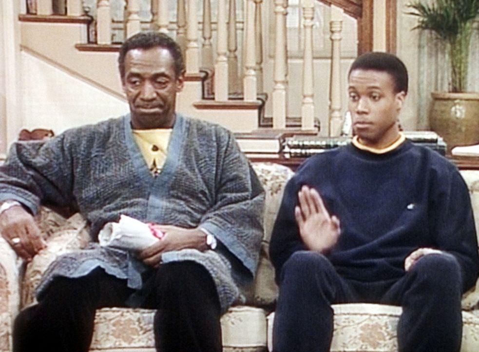 Cliff (Bill Cosby, l.), der nur in Ruhe seine Zeitung lesen möchte, verfolgt nicht so enthusiastisch wie Denises Freund Eddie (Clayton Prince, r.)... - Bildquelle: Viacom