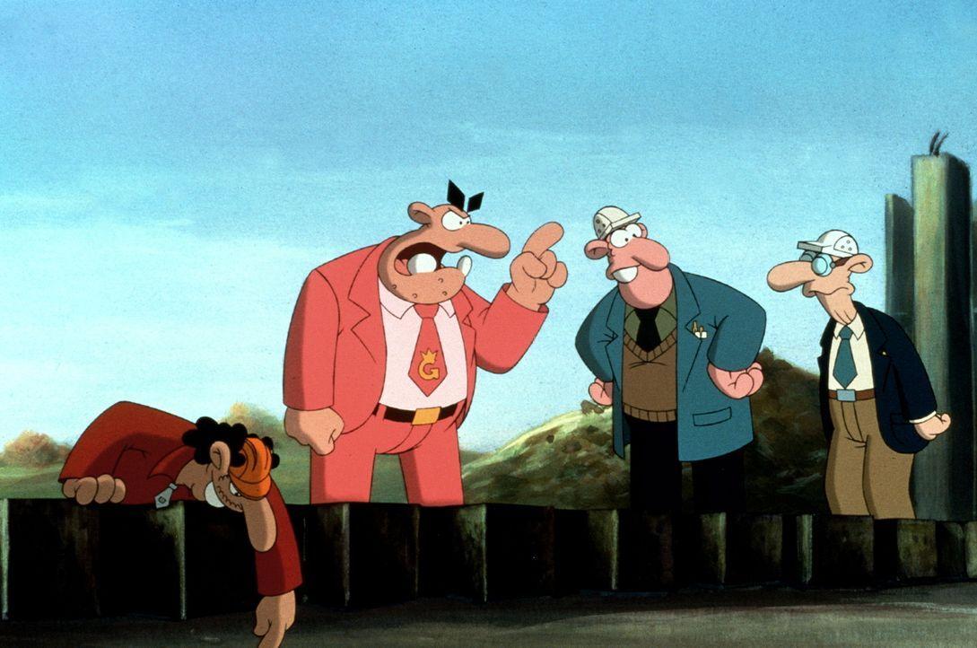 Baulöwe Günzelsen (2.v.l.) plant mit seinen Helfern Ali (l.), Bauleiter Josopeit (2.v.r.) und Hüpenbecker (r.) eine flächendeckende Einbetonierung K... - Bildquelle: Constantin Film
