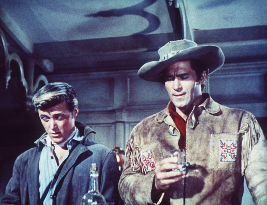 Kelly (Clint Walker, r.) und sein junger Freund Anse (Edward Byrnes, l.) ziehen sich in die Wälder Montanas zurück ...