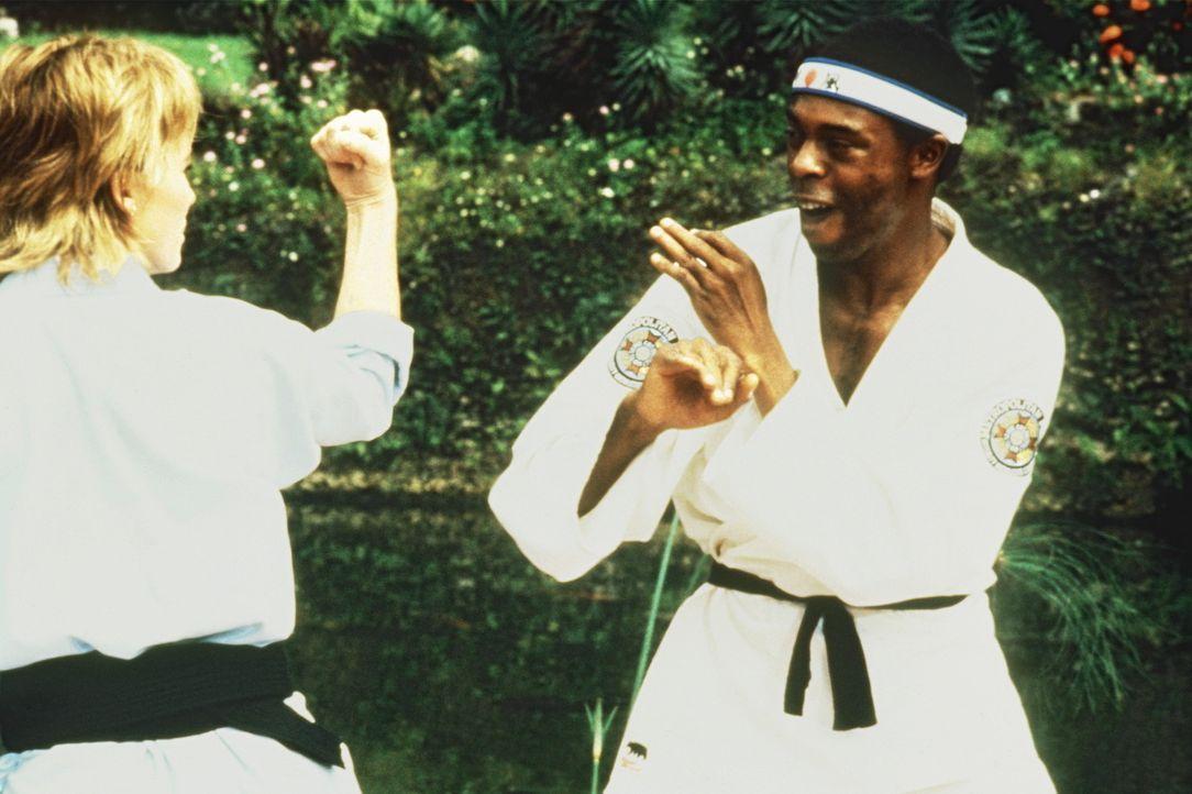 Die schöne Kate (Janet Jones, l.) verblüfft Jones (Michael Winslow, r.) mit ihren Karatekenntnissen ... - Bildquelle: Warner Bros.