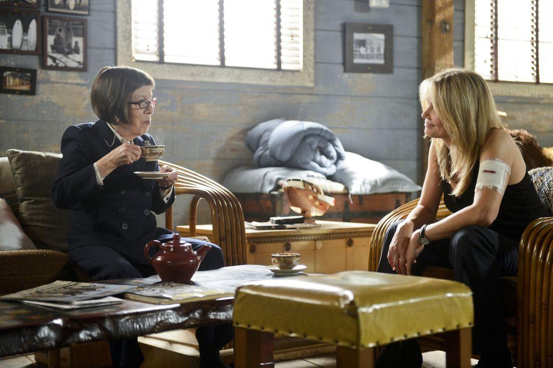 Callen stellt Hettys (Linda Hunt, l.) Motive in Frage, als sich bei einem Fall eine mysteriöse Frau (Andrea Roth, r.) als Undercoveragentin aus ihre... - Bildquelle: CBS Studios Inc. All Rights Reserved.