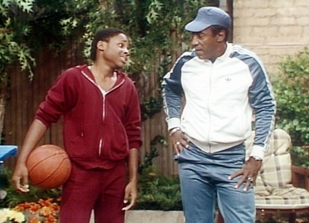 Cliff (Bill Cosby, r.) hat ein Problem damit, dass sein Sohn Theo (Malcolm-Jamal Warner, l.) ihn im Basketball schlägt. - Bildquelle: Viacom