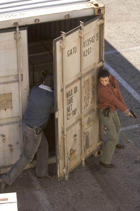 Ziva (Cote de Pablo, r.) und Tony (Michael Weatherly, l.) sind am Hafen von Norfolk. Sie laufen zwischen Containern umher, als plötzlich auf sie ges... - Bildquelle: TM &   2006 CBS Studios Inc. All Rights Reserved.