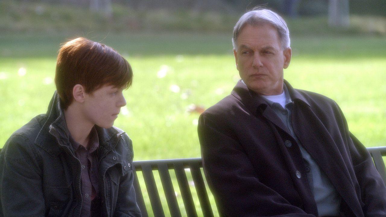 Nick Peyton (Cameron Monaghan, l.) soll seine Eltern er mordet haben. Gibbs (Mark Harmon, r.) und sein Team vernehmen den Jungen, um mehr über die H... - Bildquelle: CBS Television