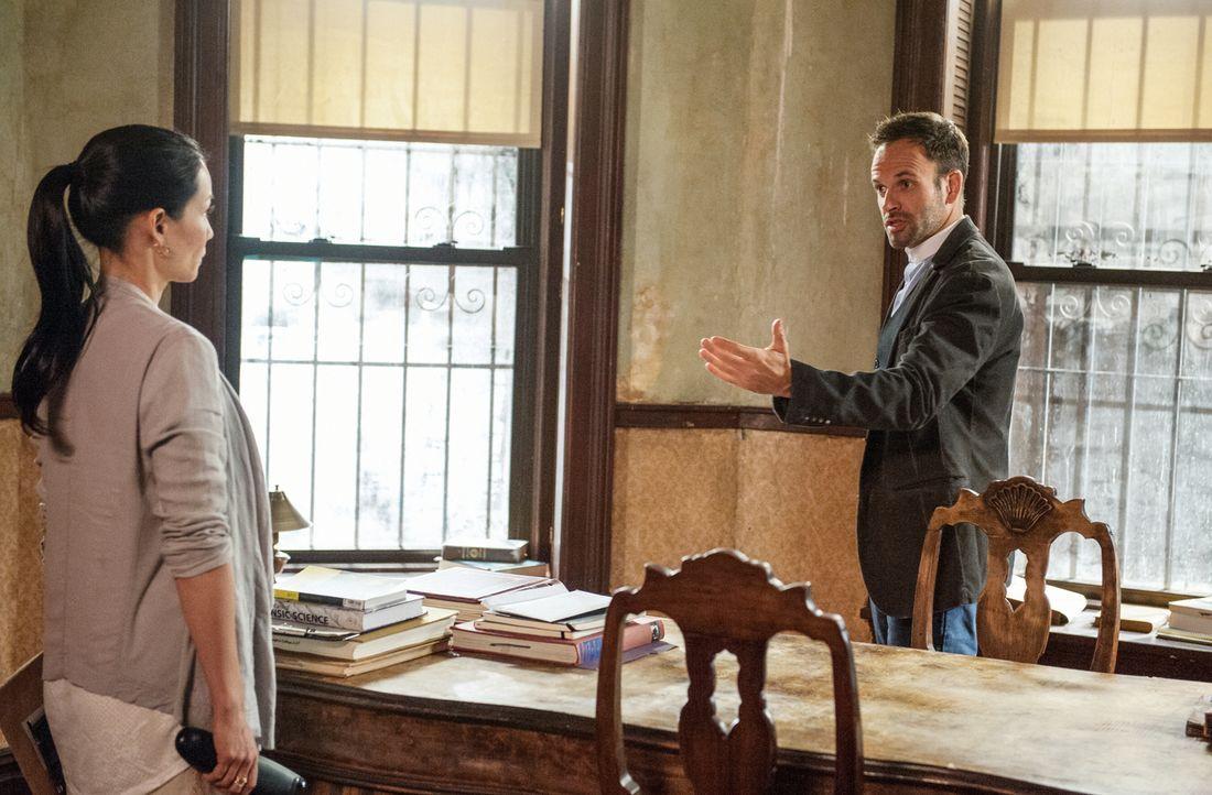 Sherlock Holmes (Jonny Lee Miller, r.) und Joan Watson (Lucy Liu, l.) versuchen alles, um den Mord an einem Auftragskiller zu lösen ... - Bildquelle: CBS Television
