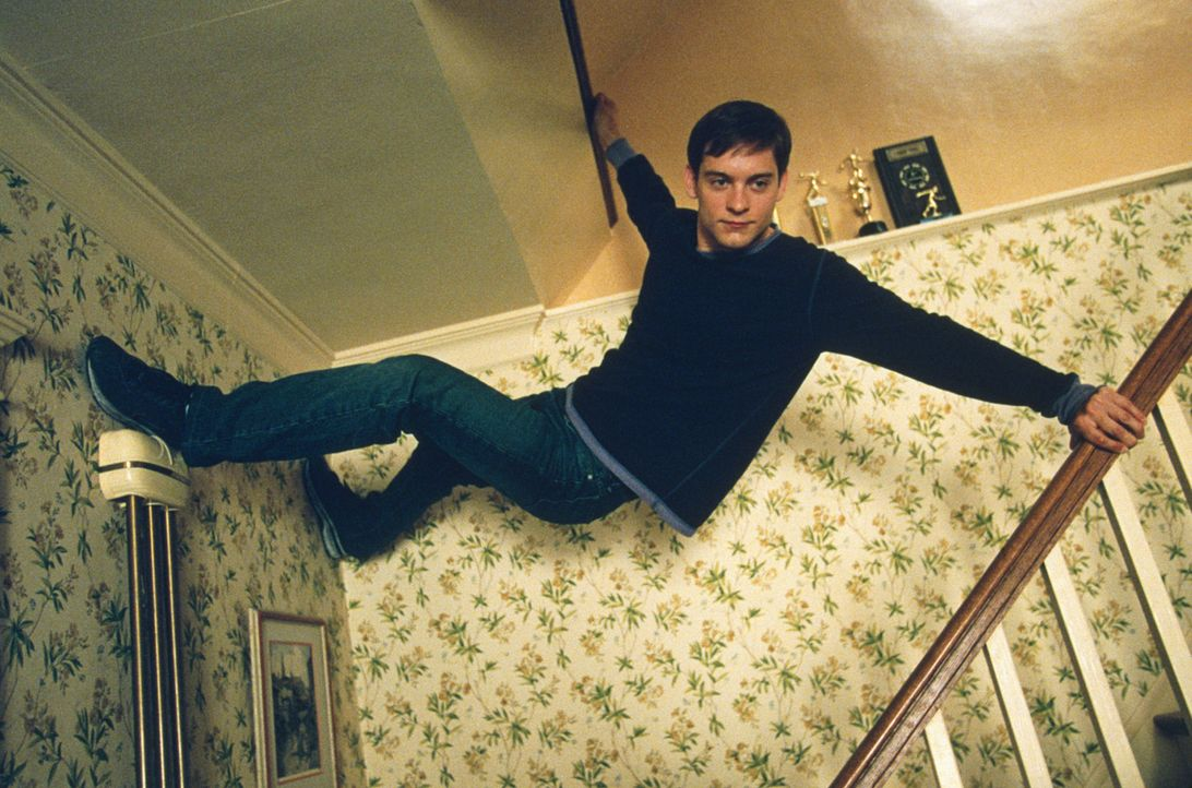 Glatte Wände hochzugehen ist für Peter Parker (Tobey Maguire), nachdem er von einer genmanipulierten Spinne gebissen wurde, kein Problem ... - Bildquelle: 2003 Sony Pictures Television International