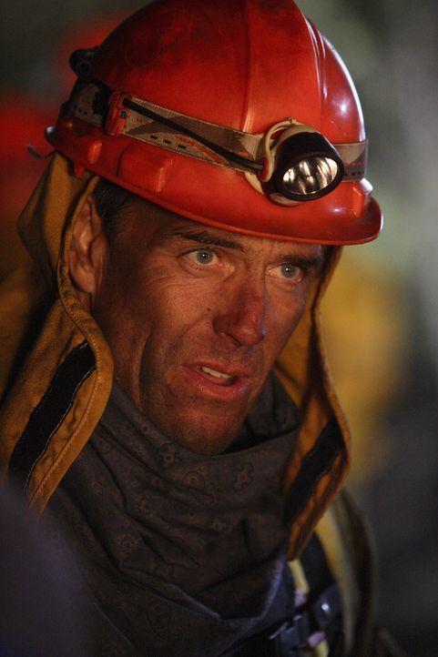 Riskiert sein Leben, um die vom Feuer Eingeschlossenen zu retten: Feuerwehrmann Richard Danville (Richard Burgi) ...