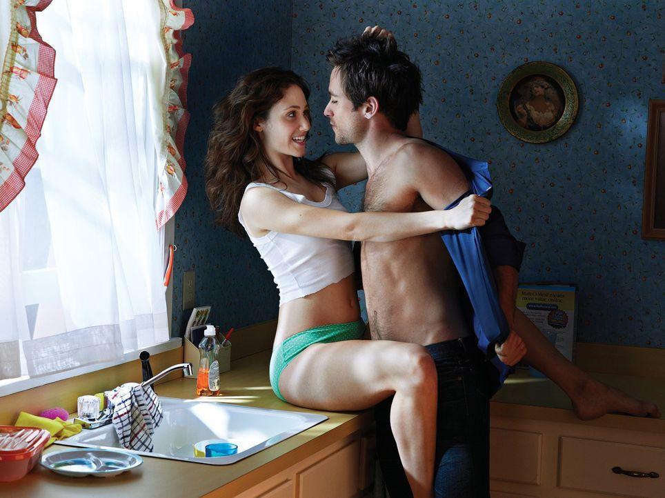 (1. Staffel) - Fiona (Emmy Rossum, l.) wohnt zusammen mit ihren fünf Geschwistern bei ihrem alkoholabhängigen Vater, welcher die meiste Zeit in eine... - Bildquelle: 2010 Warner Brothers
