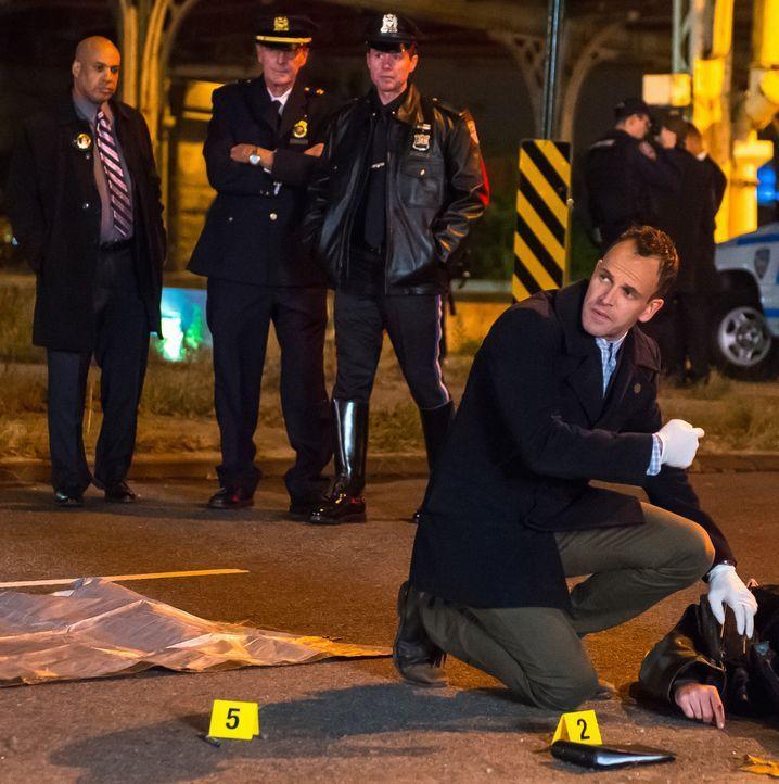 Auf der Suche nach einem gefährlichen Copkiller: Holmes (Jonny Lee Miller, r.) ... - Bildquelle: Jeff Neumann CBS Television