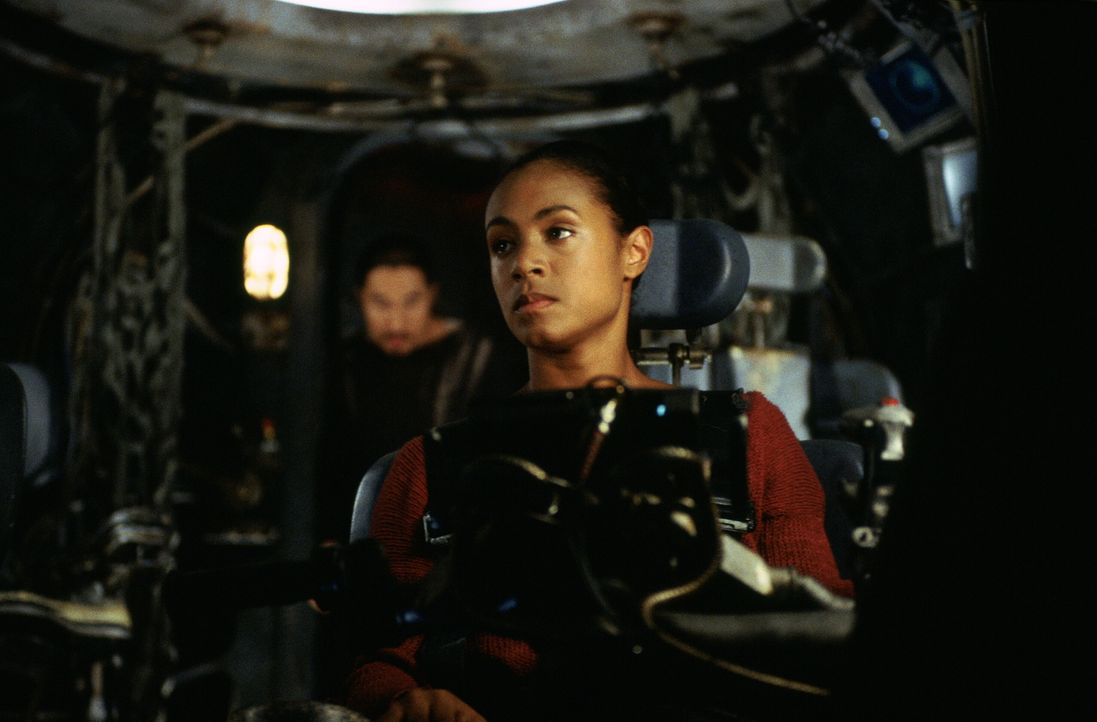 Mit Hilfe von Niobe (Jada Pinkett Smith) dringen Neo und Trinity weiter vor, als die Menschen es je gewagt haben: über die Ruinen der Erdoberfläche... - Bildquelle: Warner Bros.