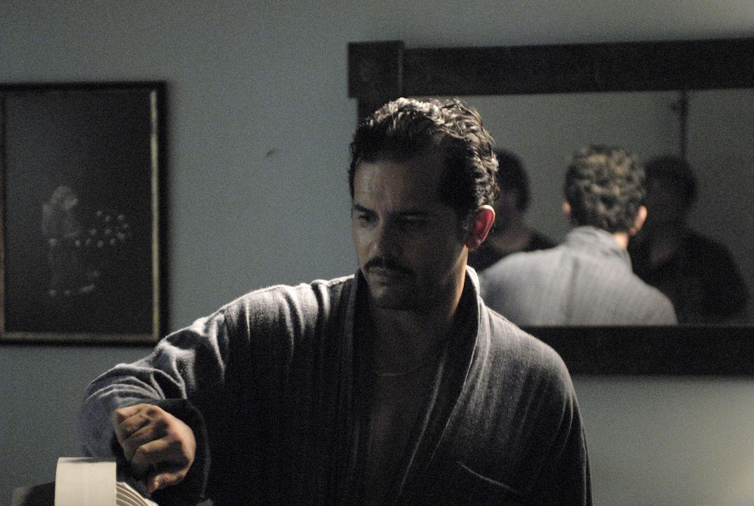 Von allen verlassen, macht sich Felix (John Leguizamo) auf, Gangster Adell Baldwin und seiner Meute das Handwerk zu legen. Dabei geht er nicht länge... - Bildquelle: 2008 Boyle Heights, LLC. All Rights Reserved.