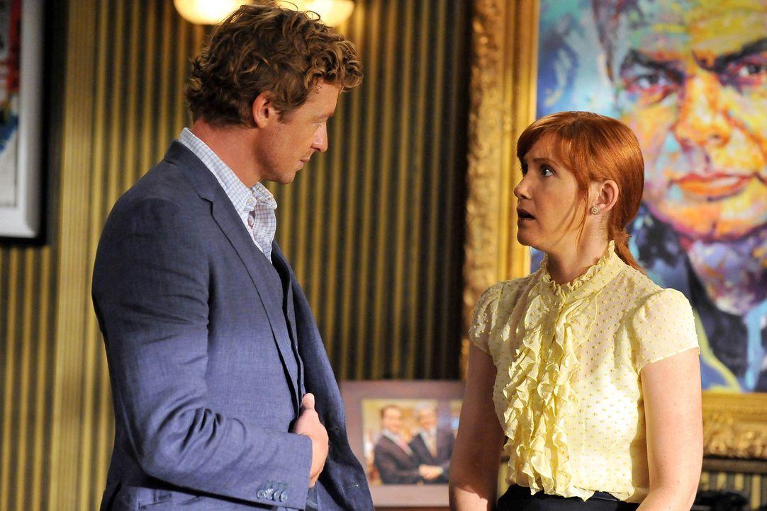Mit einem Trick konnte Teresa Patrick Jane (Simon Baker, l.) dazu bringen, ihr in einem neuen Fall behilflich zu sein. Bei den Ermittlungen stößt er... - Bildquelle: Warner Bros. Television