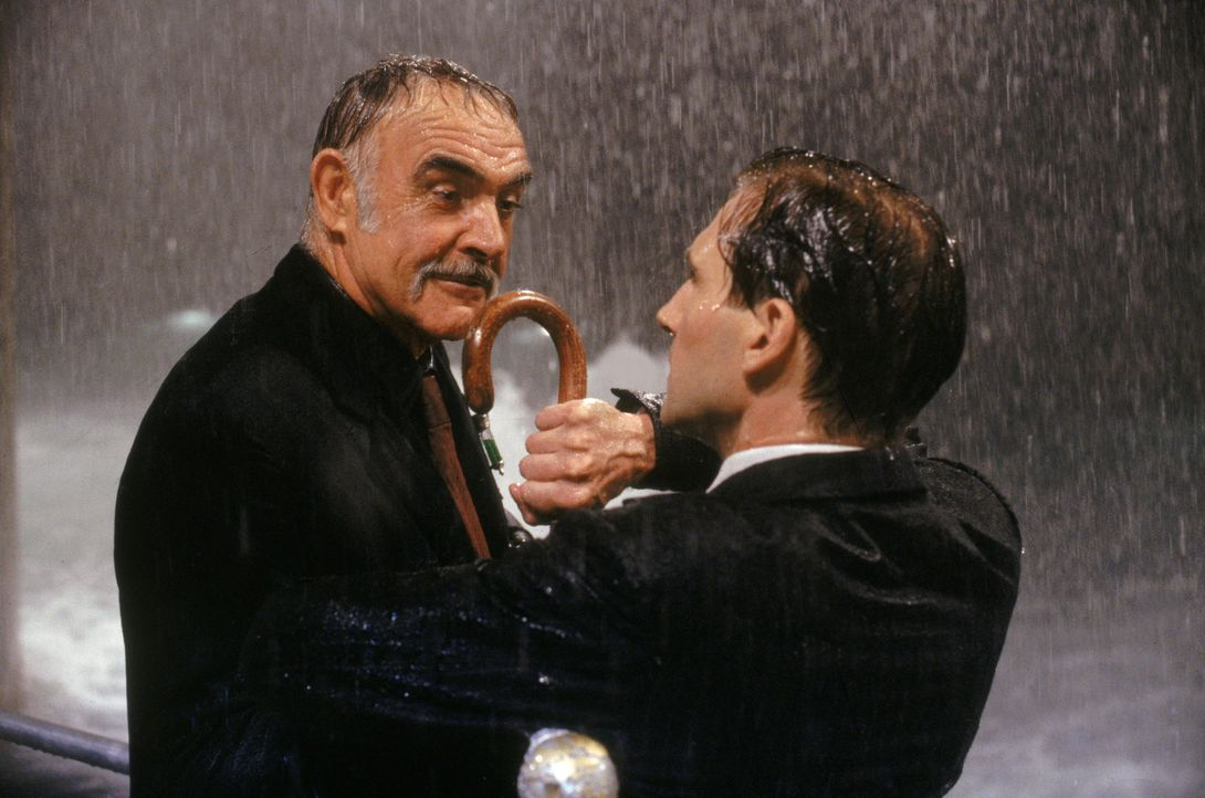 Der diabolische Sir August De Wynter (Sean Connery, l.) begehrt nicht weniger als die Weltherrschaft. Mittels einer Wetter-Manipulation  will er die... - Bildquelle: Warner Brothers International Television Distribution Inc.